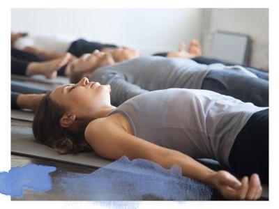 Yoga Gruppe liegt im Yoga Nidra