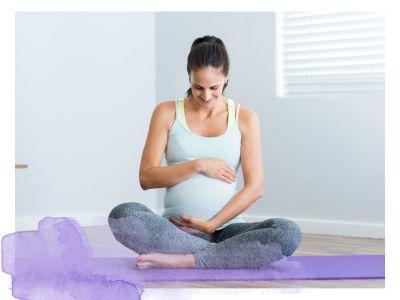 Schwangere Frau macht Yoga