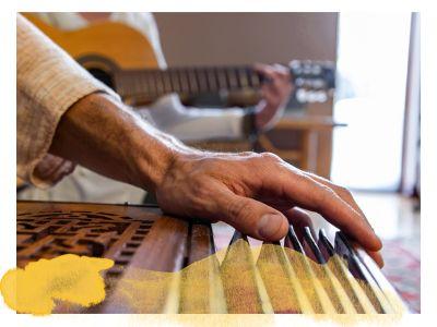 musizierende Mantra Sänger mit Harmonium und Gitarre