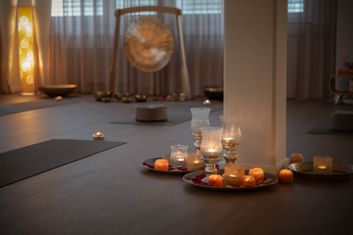 Yogaraum Vyana Akademie mit Kerzen Über uns